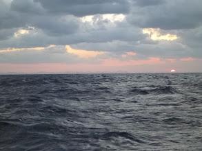 Photo: 太陽も昇ってきました。・・・船頭さん、船酔いです。