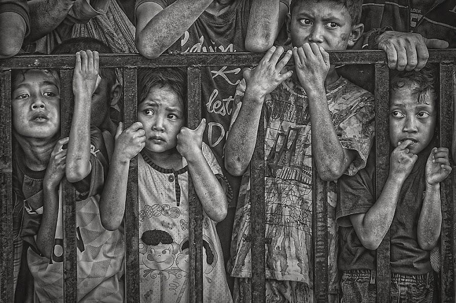 innocent by Hari Wiwoho - Babies & Children Children Candids ( b&w, black and white, people, photography, portrait, city, child )