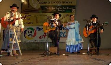 Photo: Luis Barrionuevo junto a  niños payadores Santiaguito Fernandez y Fernadito Vega y Ana Maria