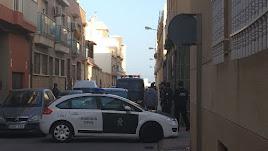 La calle de Balerma, acordonada tras el trágico incidente.