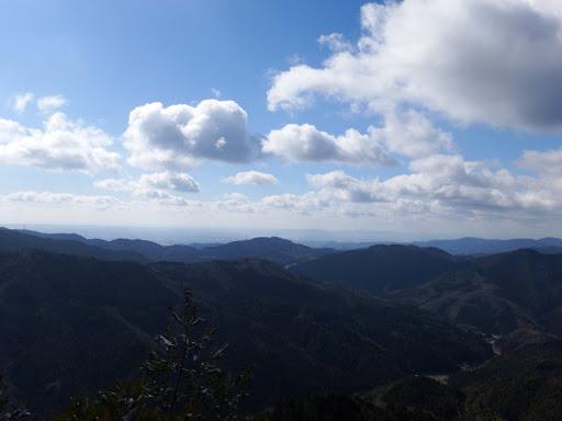 奥に三河湾(中央に観音山など)