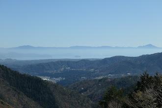 琵琶湖と奥に伊吹山(右)・金糞岳(左)など