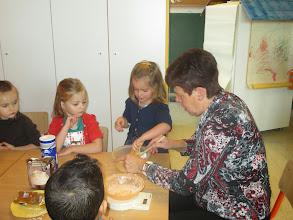 Photo: oma christiane komt koekjes bakken
