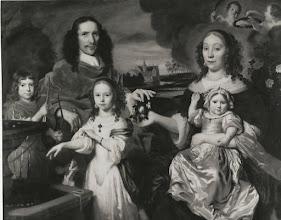 Photo: Groepsportret van Jacob of Franchois van den Brandeler met gezin, met op de achtergrond schilderij met afbeelding van Kasteel den Emer.