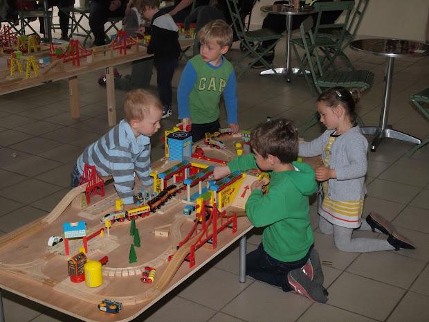 Enfants jouant au Jarditrain