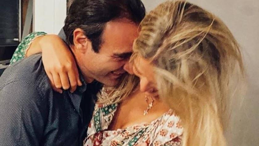 Ana Soria y Enrique Ponce en una romántica foto.