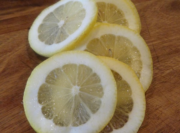 Slice the lemons into thin slices.
