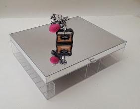 Photo: Caixa modelo A-03 personalizada com tampa alta espelhada. Base em acrílico cristal, Tampa Alta Espelhada que adiciona 3 cm. Dimensões: 40 cm de comprimento x 30 cm de largura x 11 cm de altura. Possui 11 nichos para batons e 7 divisórias tamanhos variados.   Nas compras acima de R$150: parcele em até 3 x sem juros no Pag Seguro. Consulte valor com desconto para depósito a vista!   Solte sua imaginação: esta peça é somente referência e pode ser totalmente personalizada para você! *valores sofrem alterações, faça seu orçamento: Acrilico.LB@Gmail.com*