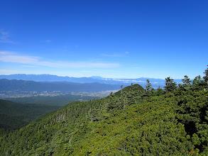 右手前に峰ノ松目、奥は中央アルプス・木曽御嶽山・乗鞍岳など