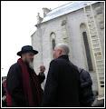 Photo: Sculptorul clujan  Liviu Mocan autorul Monumentului Libertății Religioase, din Turda Piata Republicii, Biserica Romano-Catolica - ridicat la comemorarea a 450 de  de la semnarea şi adoptarea, în 1568, a Edictului de la Turda, prin care s-a proclamat libertatea conştiinţei religioase, dreptul fiecărei comunităţi de a-şi alege predicator şi interzicerea discriminării pe baze religioase. Monumentul reprezintă vizual idealul libertății religioase, fiind o operă nonfigurativă, creată în spiritul unui limbaj artistic contemporan și se integrează organic în ansamblul vizual al pieței, devenind parte integrantă a acesteia. Scara reprezintă verticalitatea și este simbolul creștin al ascensiunii. Piatra de la bază reprezintă în mod metaforic piatra care închidea mormântul lui Iisus. Treptele scării se metamorfozează în porumbel, sugerând înălțarea și, de asemenea, pogorârea Sfântului Duh.  sursa ziarul Cotidian de Turda http://cotidiandeturda.ro/450-de-ani-de-la-proclamarea-edictului-libertatii-religioase-de-la-turda-dezvelire-monument/