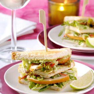 Kleine 'clubsandwiches' Met Avocadoroom En Gerookte Kip