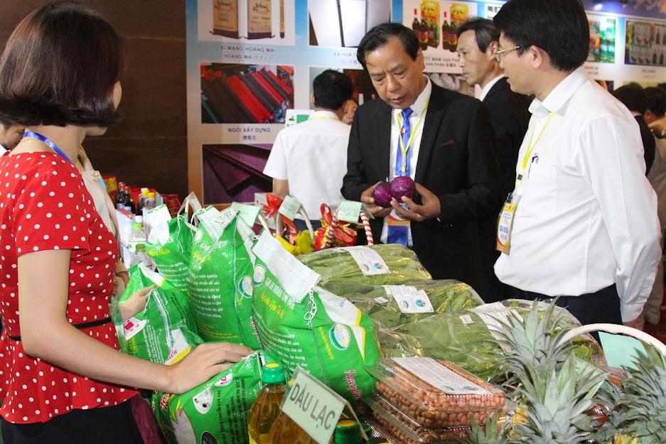 Các đại biểu tham quan các gian hàng trưng bày các sản phẩm đặc trưng của Nghệ An