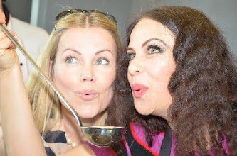 "Photo: Natalia USHAKOVA mit Ex-Miss Austria Evelyn Rilé beim ""Kochen für Langenlois"" (Mai 2011). Foto: Markant-Werbung"