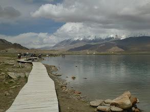 Photo: Kousek od jezera se nachází také hora Kongur Tagh (7 719 m), někdy považována za nejvyšší bod Pamíru.