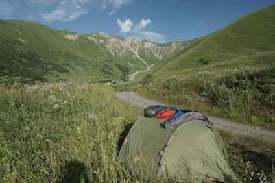 Zelten neben der 'Hauptstraße' in 2300 m Höhe.