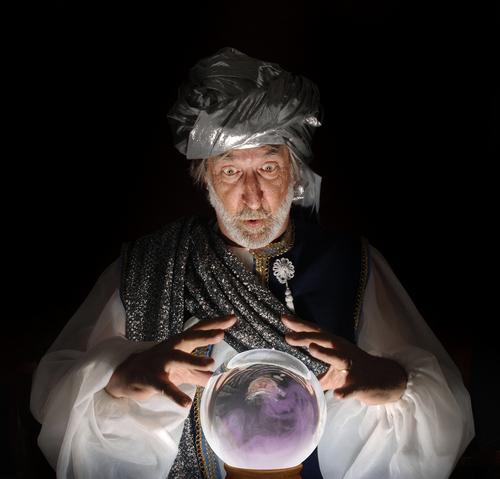 Vidente segurando uma bola de cristal.