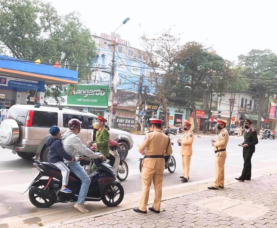 Cán bộ, chiến sĩ Công an TX Thái Hòa phát khẩu trang miễn phí cho người dân cũng như hành khách trên xe