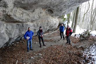Photo: A Macska-lyuk az Asztal-kő (430m, D-Nyerges-hegy) oldalában egy nem karsztos eredetű nagy, hosszanti, mesterségesen tágított sziklaüreg.