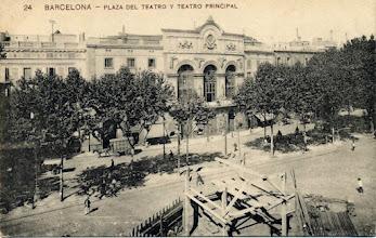 Photo: 1896 - 1906 Construcció del munument a Pitarra davant del Teatre Principal de la Rambla de Barcelona