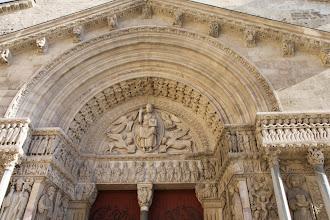 Photo: Le tympan de l'église Saint Trophime.