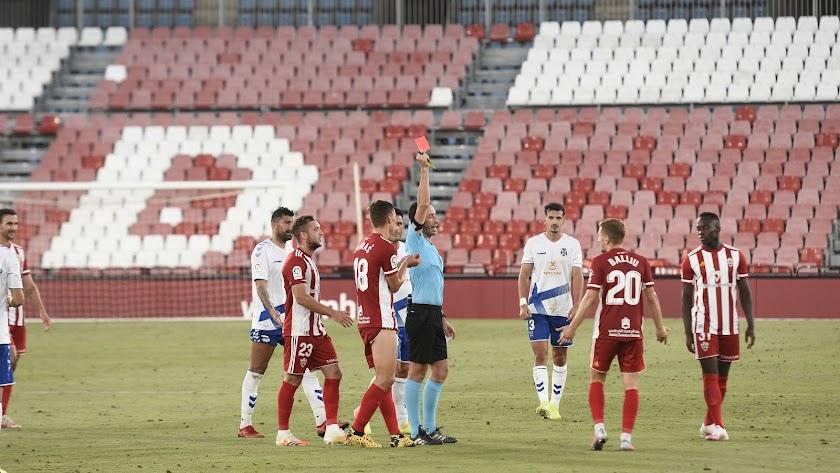 momento en el árbitro vasco Gorka Sagués Oscoz muestra la tarjeta roja después de revisar la jugada en el VAR.