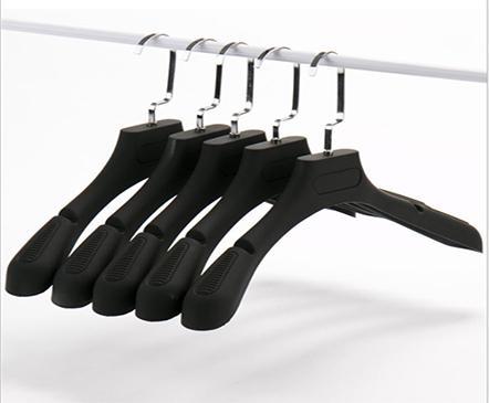 Lựa chọn móc treo quần áo bán shop