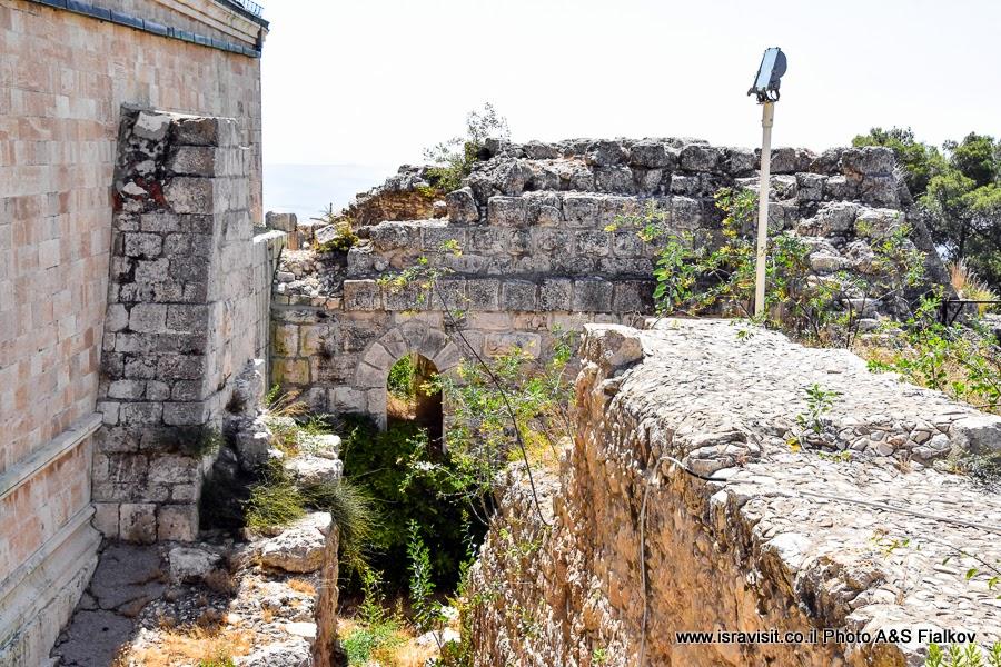 Руины церкви византийского периода, построек айюбидов и церкви крестоносцев на территории церкви Преображения Господня на горе Фавор. Экскурсия по Нижней Галилеи. Израиль.