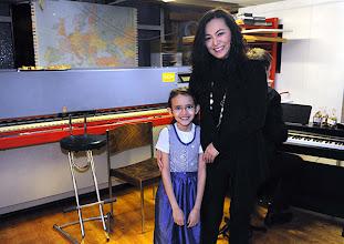 Photo: Finissage der Ausstellung Silvia Stuppäck (Foto) und Christa Trkal (Keramik) am 4.1.2014. Musikalisches Programm. Hanna mit ihrer Mutter Yuko Mitani, Foto: Barbara Zeininger