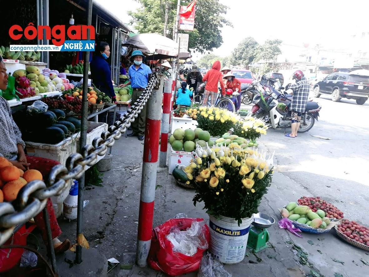 Mặc dù chính quyền đã dựng hàng rào sắt để phân chia khu vực được phép buôn bán, nhưng nhiều người dân vẫn buôn bán tràn ra cả lòng lề đường.
