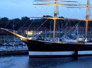 "Photo: Vorbei an dem berühmten, ehemaligen Segelschulschiff ""Passat"", dem Schwesterschiff der gesunkenen ""Pamir""."