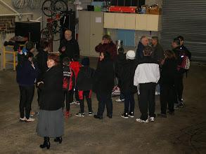 Photo: Tout le monde se concerte pour savoir si la sortie vélo aura lieue. La pluie s'étant invitée toute la journée.