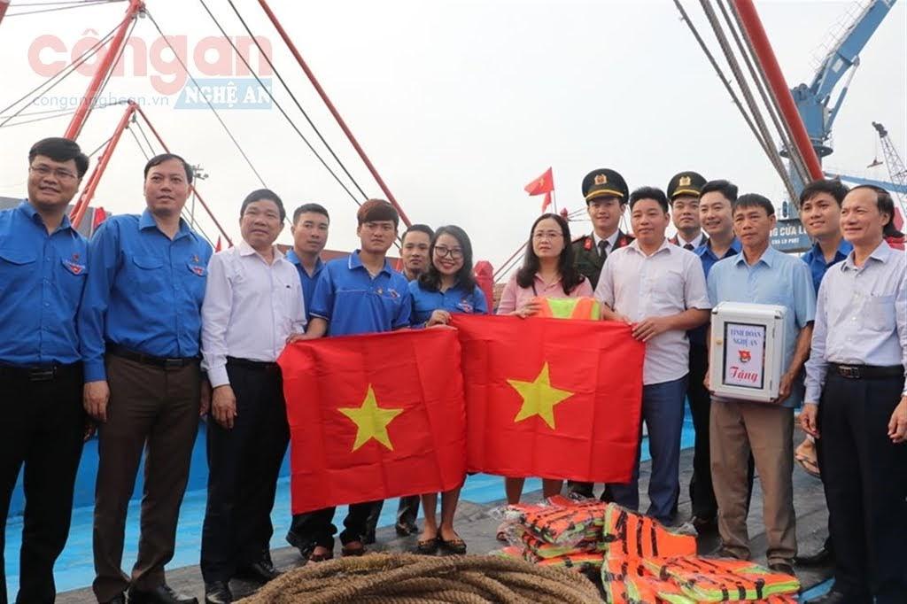 Tuổi trẻ Nghệ An viết tiếp trang sử vẻ vang của dân tộc (Trong ảnh: Tỉnh đoàn Nghệ An trao tặng cờ Tổ quốc cho ngư dân trẻ trước giờ vươn khơi đánh bắt hải sản, bảo vệ chủ quyền biển đảo))