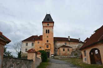 Photo: Niestety na dziedziniec tego dawnego zamku dzisiaj nie można wejść. Jest poniedziałek, a w poniedziałek w Czechach wszystko co związane z turystyką jest zamknięte.