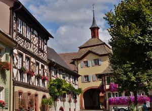 Photo: Burkheim: Stadttor und alte Fachwerkhäuser.