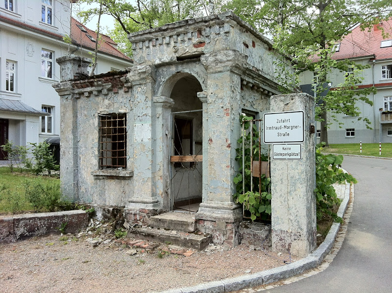 "Photo: Ehemaliges Wachhaus, heute ""Eingangrouine"" zum Kasernen-Wohnviertel"