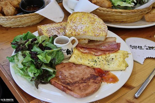 台中北區「鯊魚咬吐司 SHARK BITES TOAST」像鯊魚一樣大口嗑吐司,價格實惠的大份量早午餐。|台中早午餐、學士路|