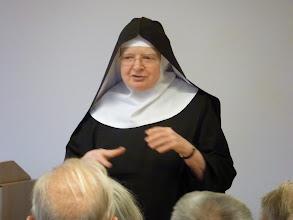 Photo: Søster Veronica fortæller på Abtei St. Hildegard