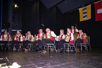 Photo: Die Tschoppehöfler eröffnen den Abend mit dem Jubiläumsmarsch. Komponiert von Paul Hofer.
