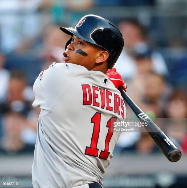 Jugador de béisbol con un bate de béisbol  Descripción generada automáticamente
