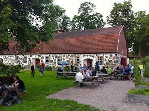Photo: Fra Humletorkan, Näsum til Wanås Konst, Knislinge, 30 km: http://goo.gl/maps/rV0pM  Hjem til København herfra er der 160 km, 2 timers kørsel over broen: http://goo.gl/maps/qPSfl  Men først skal vi spendere 3-4 timer på Wanås Konst, der strækker sig ud over et stort område og består af en skulpturpark med over 50 kunstværker, en kunsthal, kunstinstallationer i gamle bygninger, en middelalderlig borg m.v.