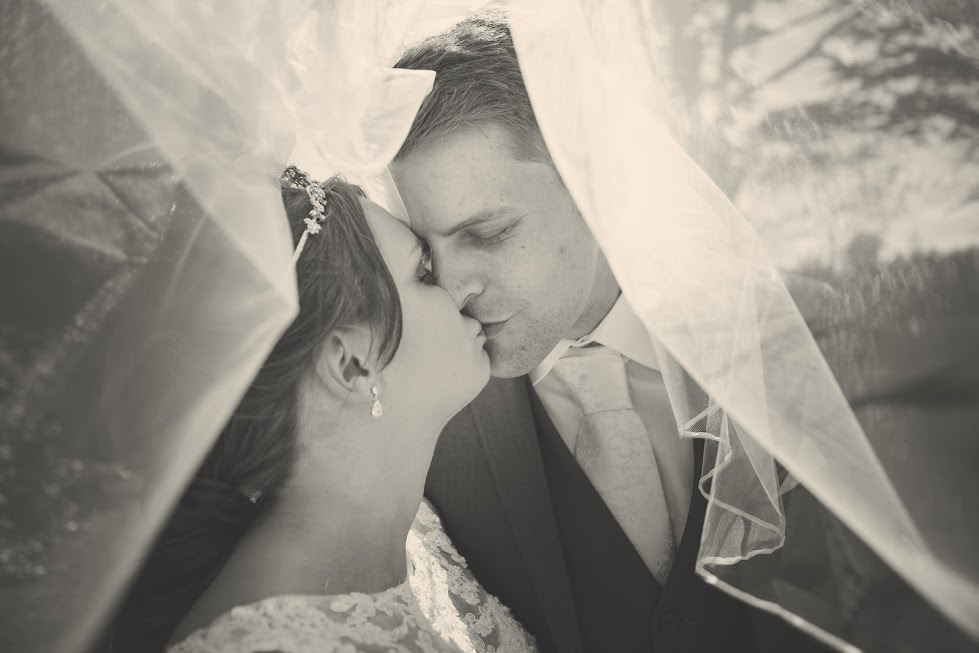 wedding-couple-kiss