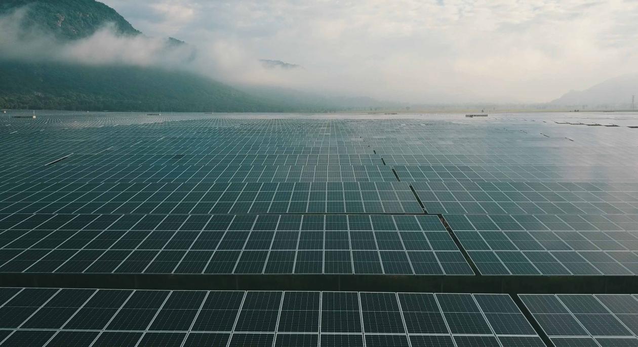 4. Nhà máy điện năng lượng mặt trời Sao Mai dưới chân núi Cấm
