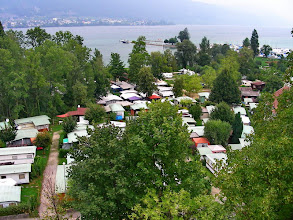 Photo: Le camping de Cerlier et le lac de Bienne depuis le bourg