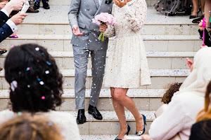 bruidspaar komt tussen de snippers de trap af