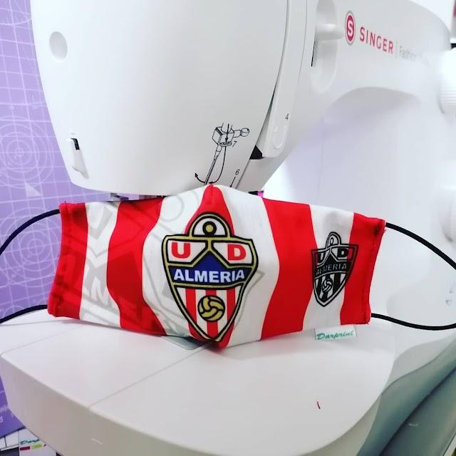 Mascarilla con el escudo y los colores de la UD Almería.
