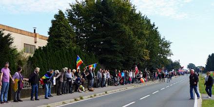 Photo: Menschenkette von Tor 1 zu Tor 2 Foto: I.Lang