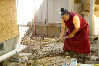 Photo: 堪布身先士卒,關注工程每一細節。