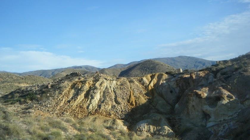 Escombreras con restos de explotaciones llevadas a cabo el siglo pasado en la Islica y Llano de San Antonio.