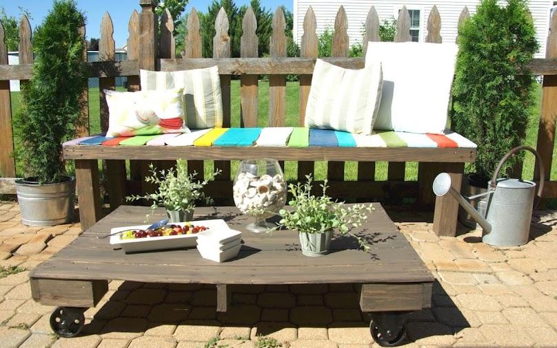 Ławka i stolik z palet w sielskiej stylizacji