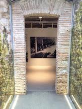 Photo: Passerelle vers l'atelier : panneau d'accueil en place